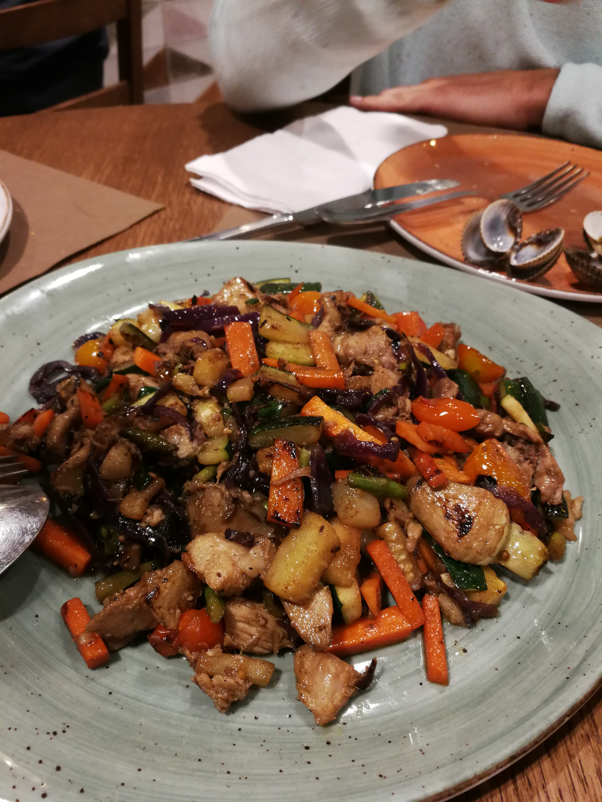 Verduritas salteadas al wok con gochín asturcelta