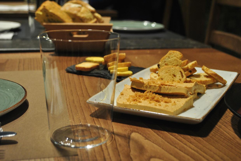 Pastel de compango de fabada con pan frito